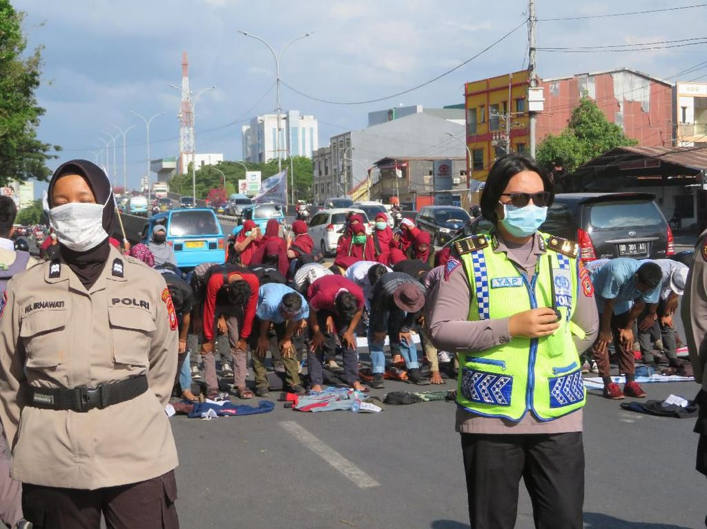 Unjuk Rasa di Depan DPRD Sulsel, Mahasiswa Salat Berjemaah di Jalan