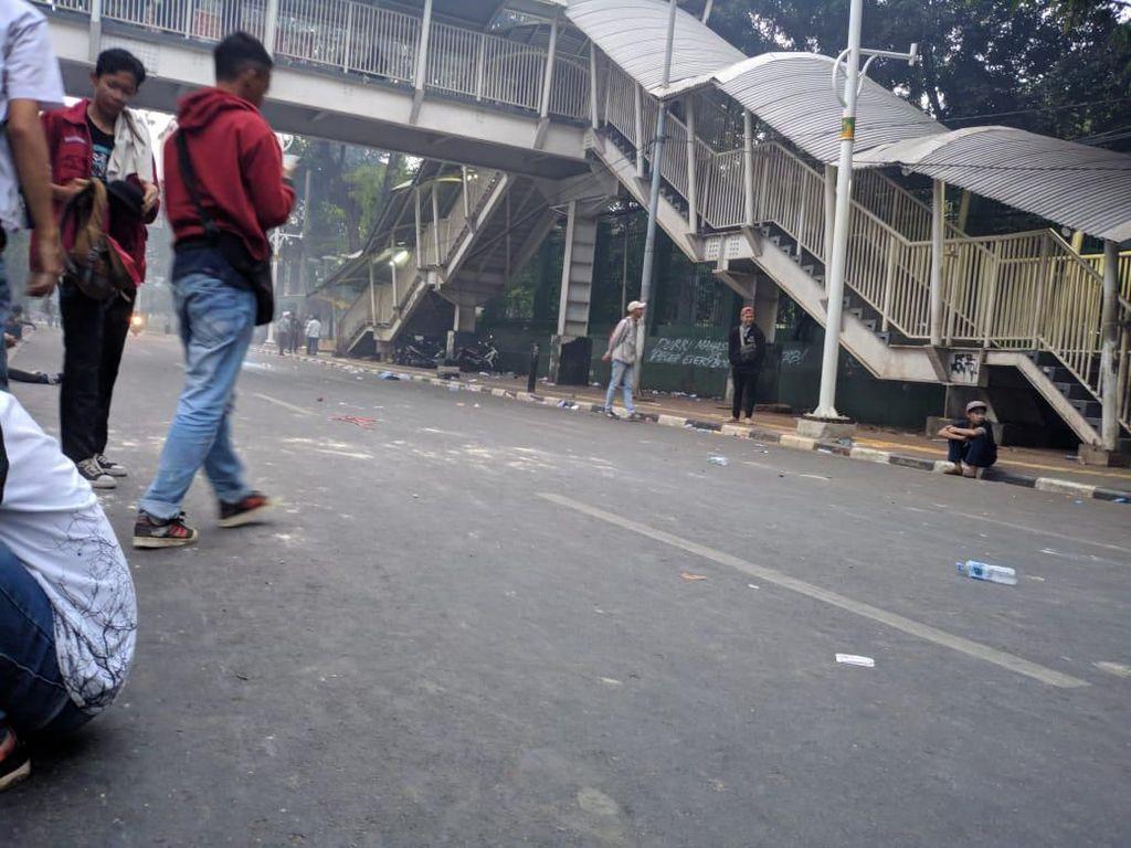 Massa Mulai Kondusif, Jalan Dekat Stasiun Palmerah Mulai Dilintasi Warga