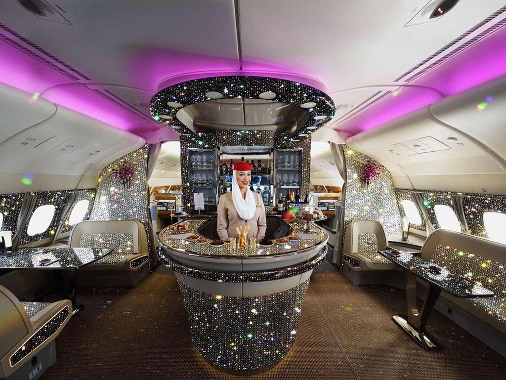 Bar di Pesawat Emirates Bertaburkan Berlian? Ini Faktanya