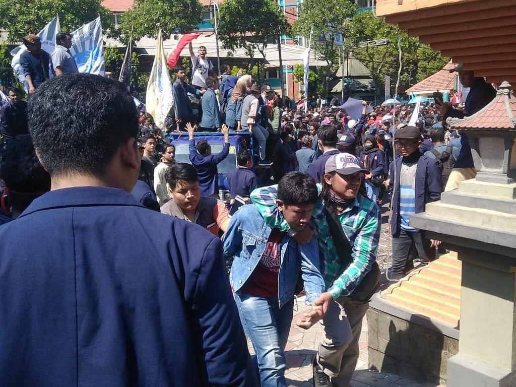 Video Aksi Mahasiswa Terobos Barikade Kawat Berduri di DPRD Jatim