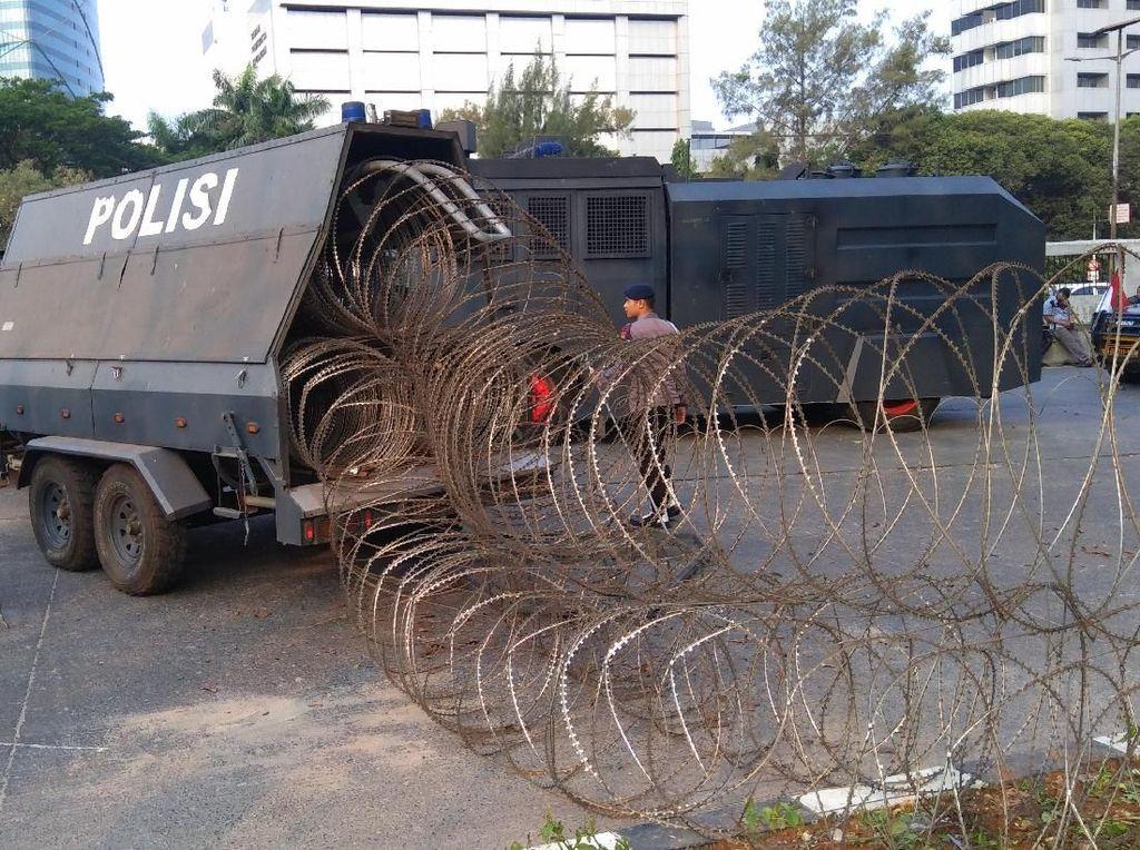 Kawasan DPR Masih Ricuh, Polisi Pasang Kawat Berduri
