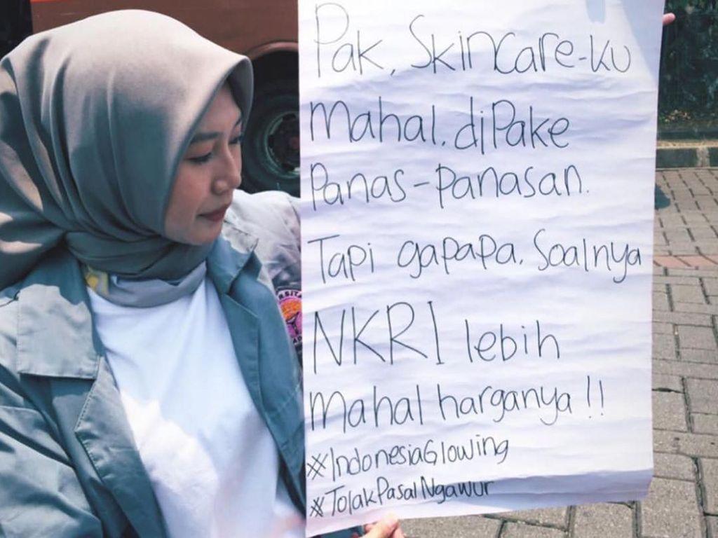 Mahasiswi Turun ke Jalan, Demo RKUHP Bawa Poster Makeup dan Skincare