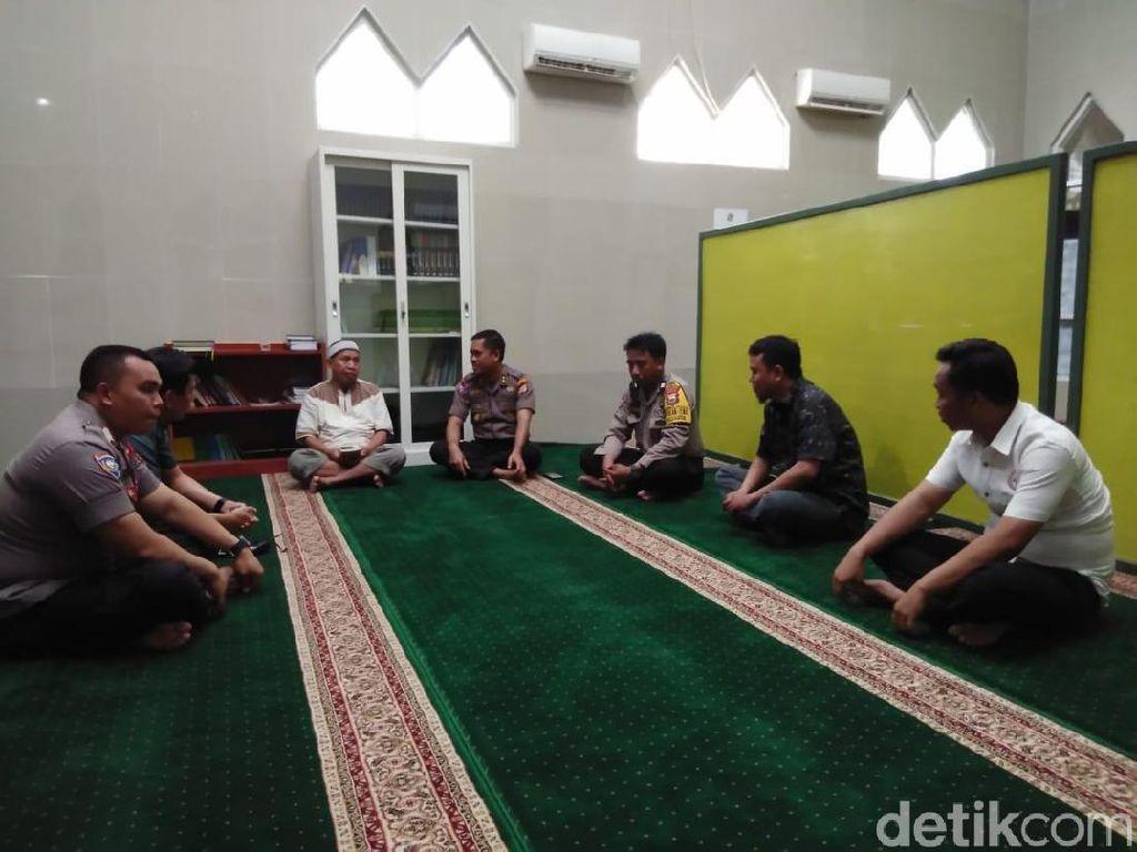 Polisi Datangi Masjid Dimasuki Polisi Bersepatu, Minta Maaf ke Pengurus