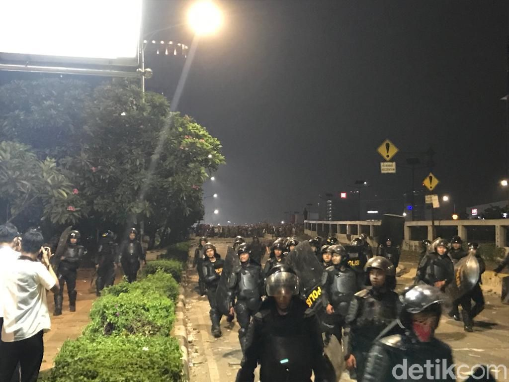 Hari Berganti, Massa Masih Bertahan di Senayan-Slipi