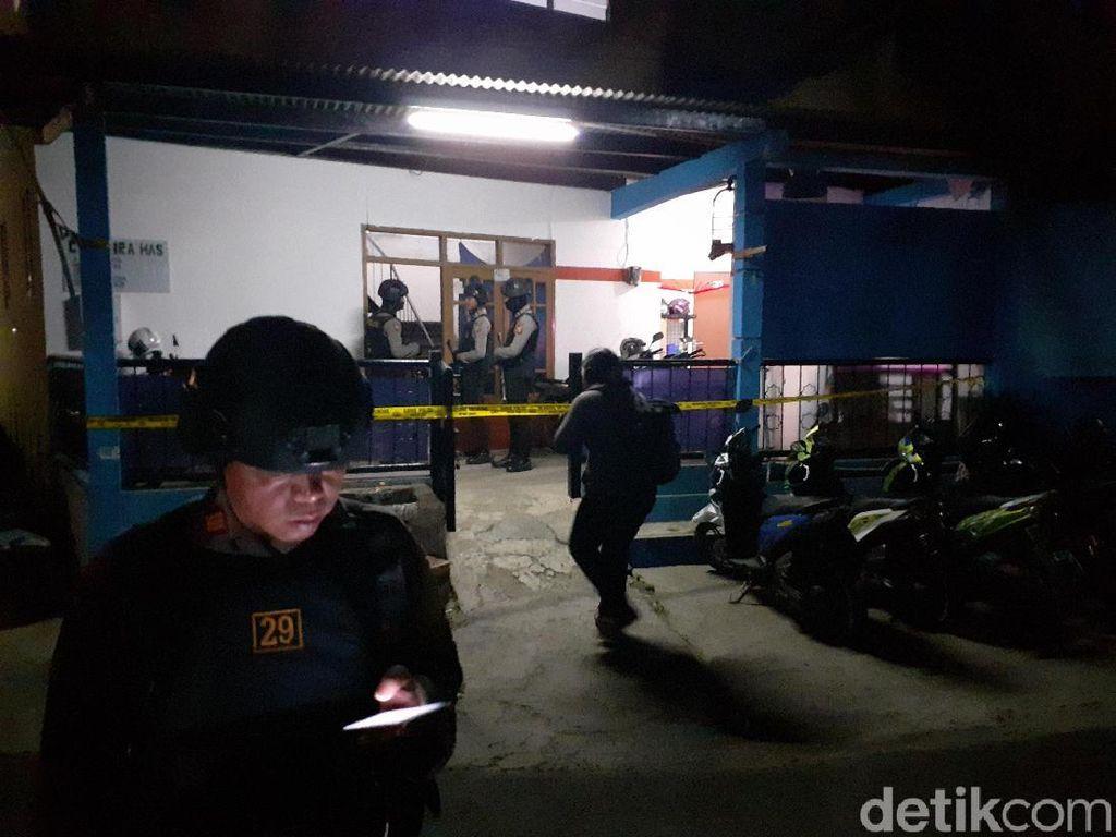 Cari Bahan Peledak, Densus Geledah Kontrakan Kelompok JAD di Cimahi