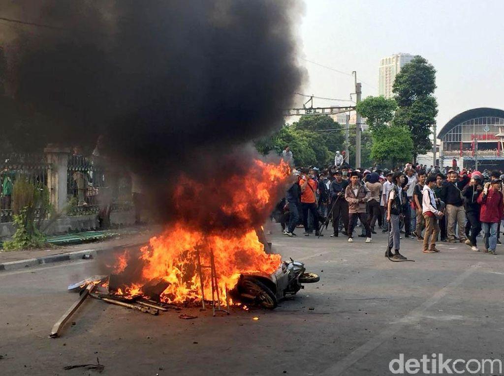 Motor Dibakar Warnai Aksi Massa di Kawasan DPR