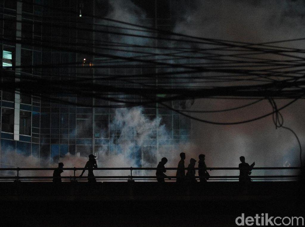 Massa Masih Bertahan di Slipi, Polisi Tembakkan Water Cannon