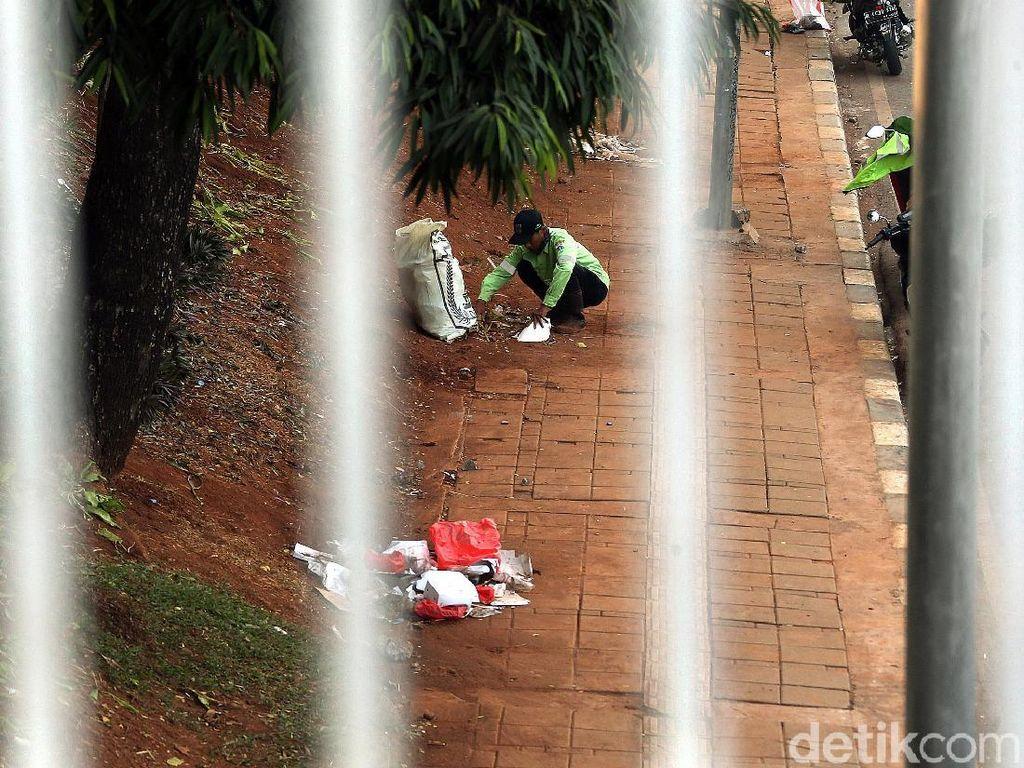 Sampah Sisa Demo di DPR Dibersihkan
