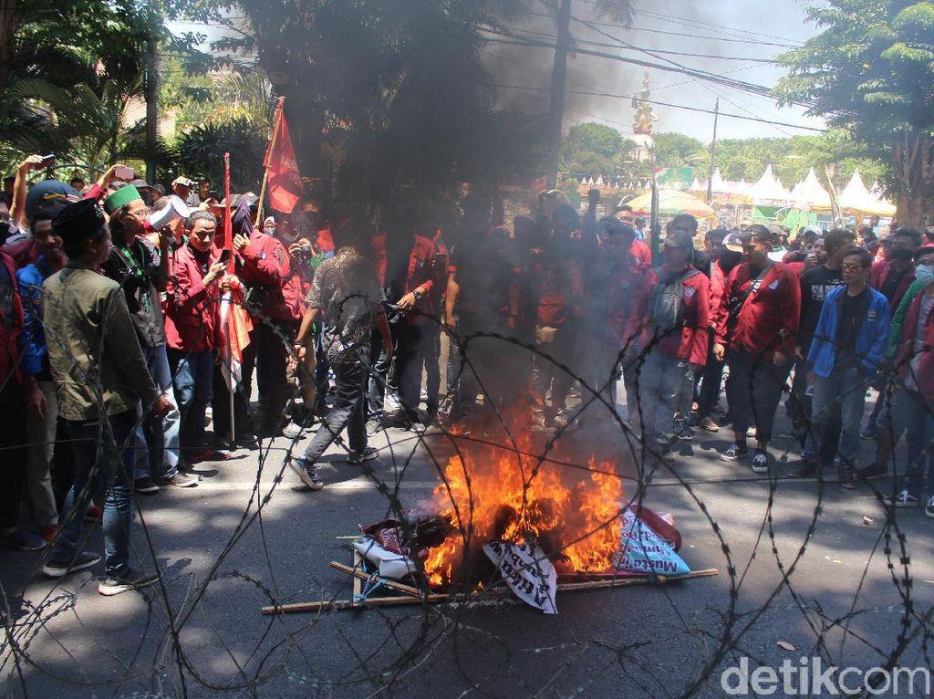Demo Mahasiswa di Sidoarjo Ditutup Pembakaran Keranda Jenazah