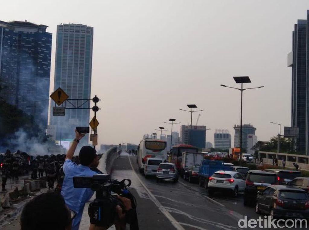 Sisa Gas Air Mata Masih Bikin Mata Perih, Ini Tips Melintas di Lokasi Demo