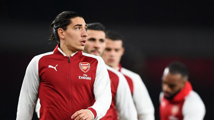 LONDON, ENGLAND - DECEMBER 02:  Hector Bellerin of Arsenal warms up prior to the Premier League match between Arsenal and Manchester United at Emirates Stadium on December 2, 2017 in London, England.  (Photo by Laurence Griffiths/Getty Images)