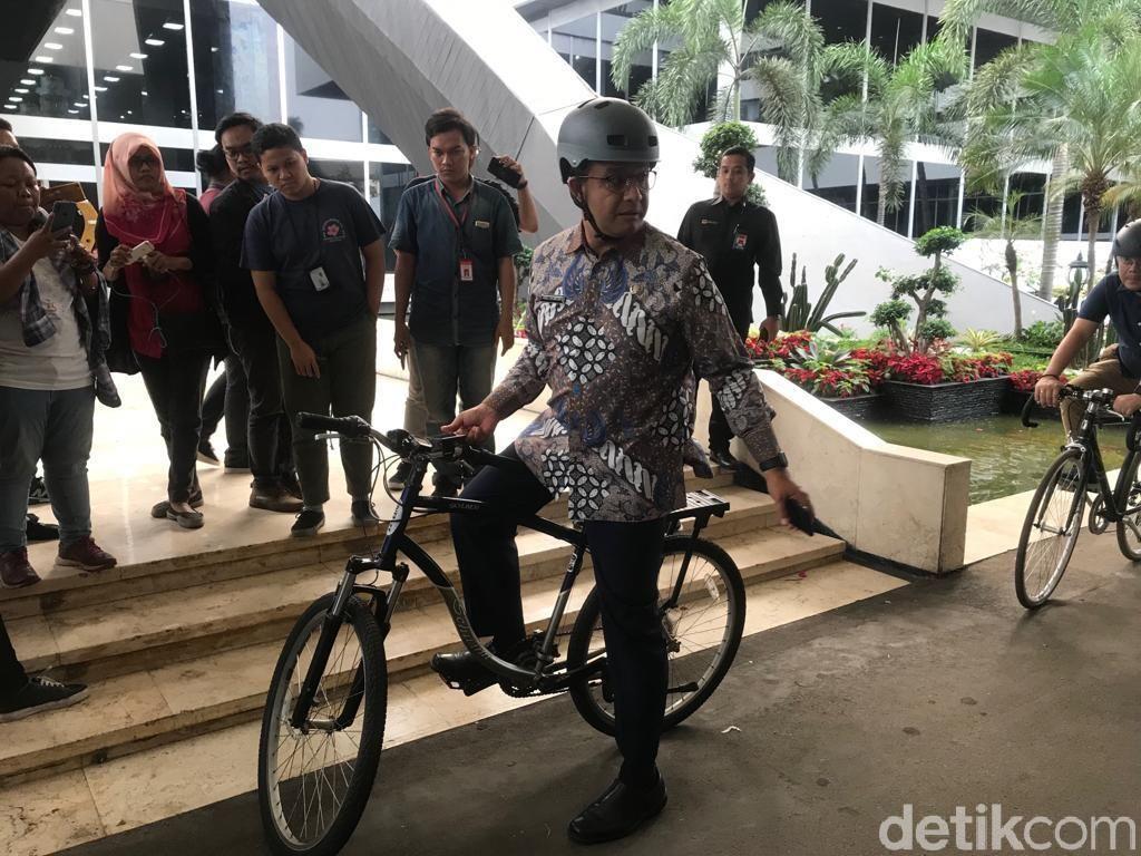 Usai Rapat Pansus Ibu Kota, Anies Tinggalkan DPR Pakai Sepeda Lagi