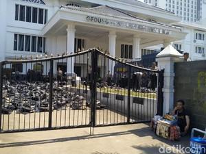 Jabar Hari Ini: Gedung DPRD Jabar Terinfeksi Corona-Juru Masak Tewas Terbakar