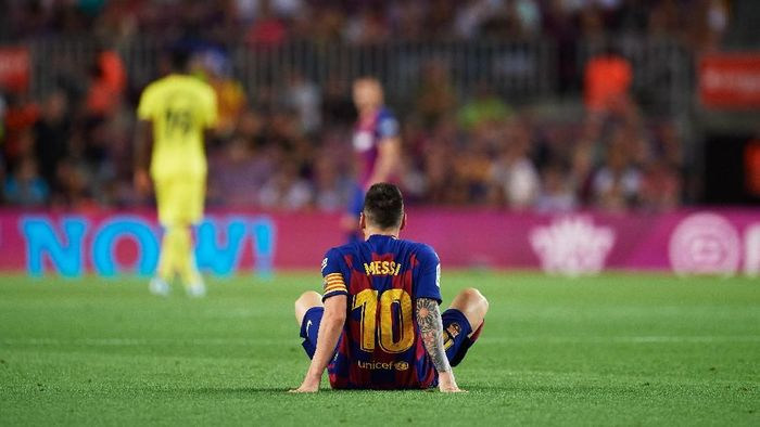 Lionel Messi berpotensi absen pada laga Barcelona vs Inter Milan di Liga Champions. (Foto: Alex Caparros / Getty Images)