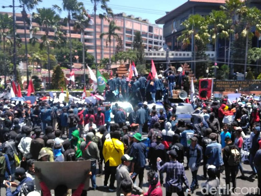 Polisi Siapkan Water Cannon di Enam Titik Demo #SurabayaMenggugat