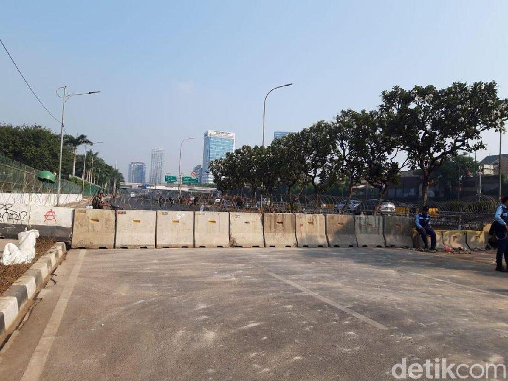 Jl Gatsu Dekat DPR Ditutup, Kendaraan Dialihkan ke Jl Gerbang Pemuda