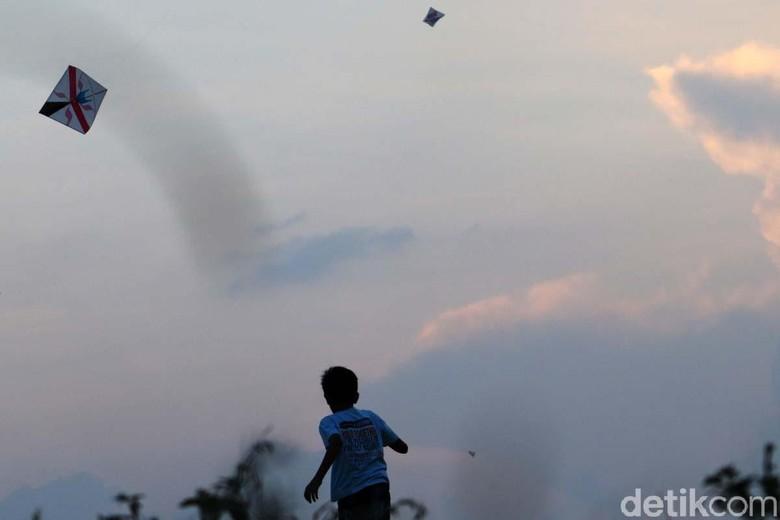Sejumlah anak bermain layang-layang di Desa Baleendah, Kecamatan Baleendah, Kabupaten Bandung. Mereka bermain layang-layang setiap sore hari.