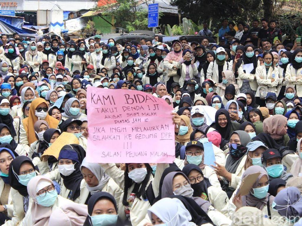 Aksi Protes Calon Bidan: Jika Ingin Melahirkan Silakan ke Gedung DPR