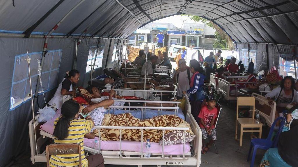 Korban Luka Gempa Ambon Dirawat di Tenda Darurat