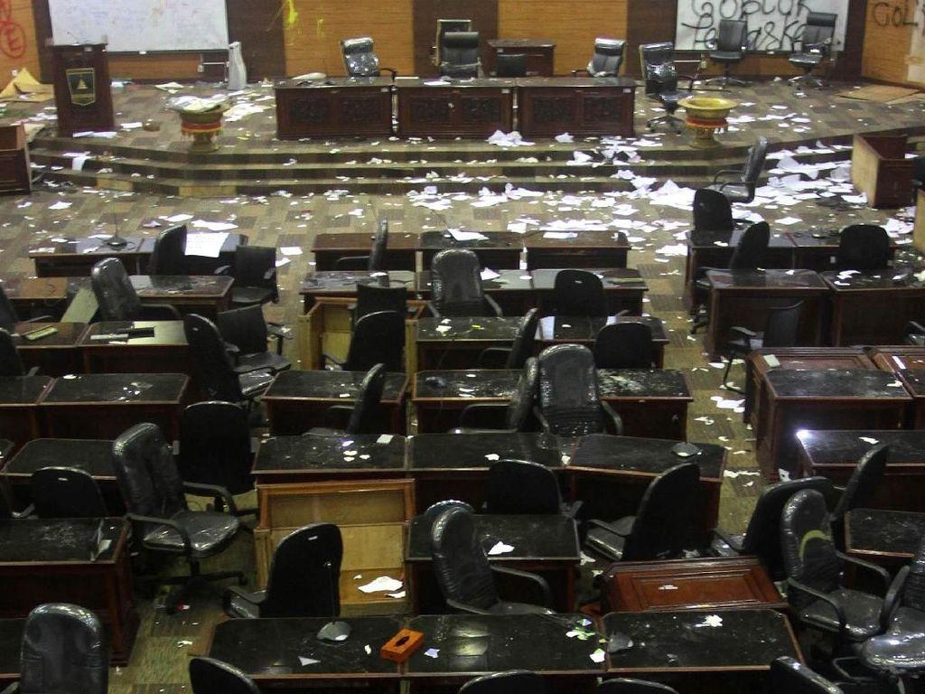 Penahanan 3 Mahasiswa Perusak Gedung DPRD Sumbar Ditangguhkan