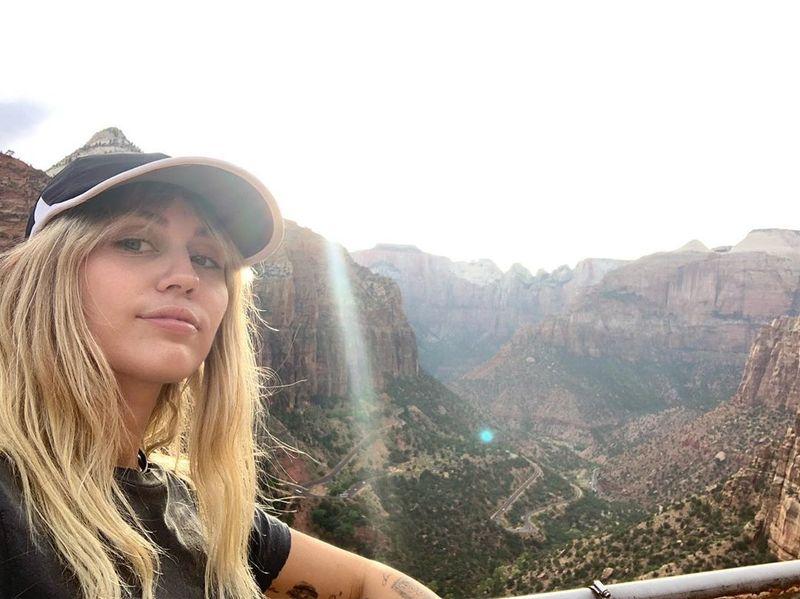 Miley terbukti tangguh karena para pendaki di Angels Landing memiliki medan berat dengan trek naik turun, bahkan kemiringan nyaris 90 derajat. (Foto: Instagram @mileycyrus)