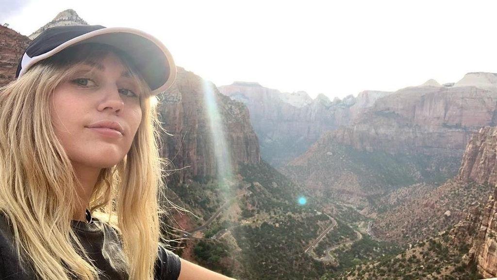 Miley Cyrus Habis Putus, Liburan ke Tempat Malaikat Turun