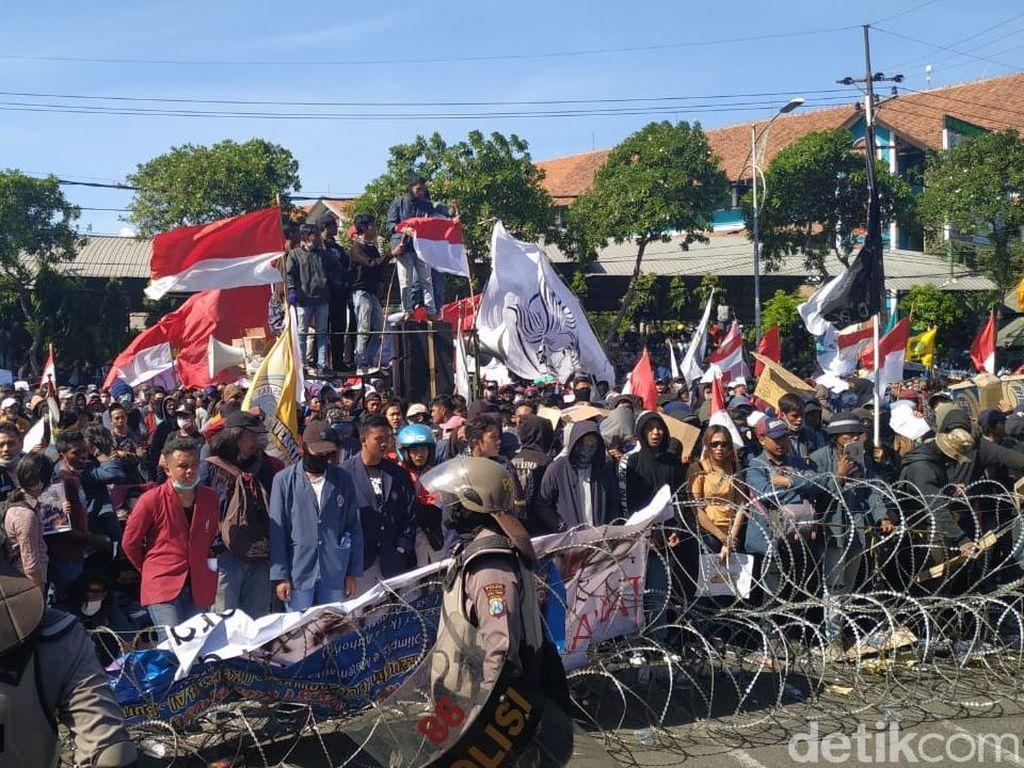 Makin Sore, Mahasiswa Serukan Masuk ke DPRD Jatim dan Ikut Rapat