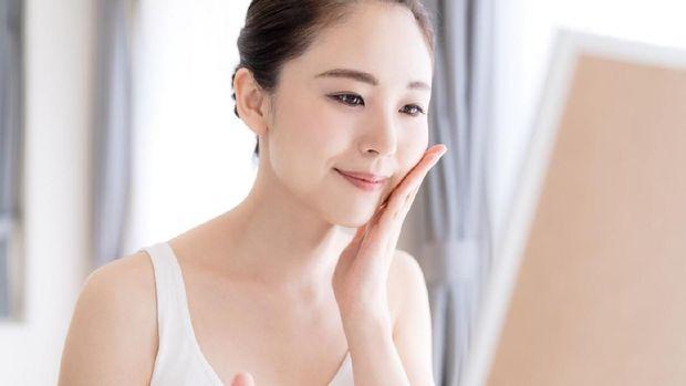 Ilustrasi wanita membersihkan wajah