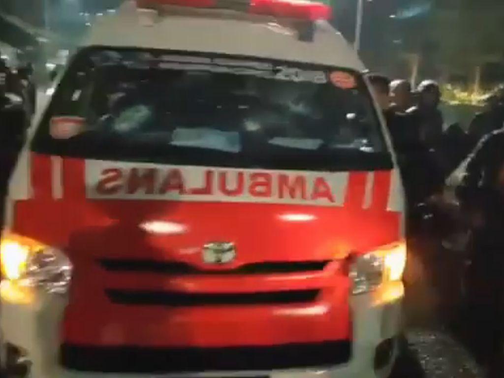 Disebut Bawa Batu untuk Demo, Kenapa Ambulans Tulisannya Terbalik?