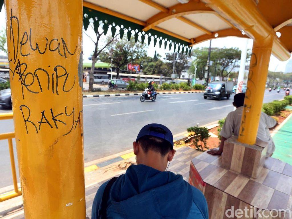 Video Bersih-bersih Halte Transjakarta dari Aksi Vandalisme