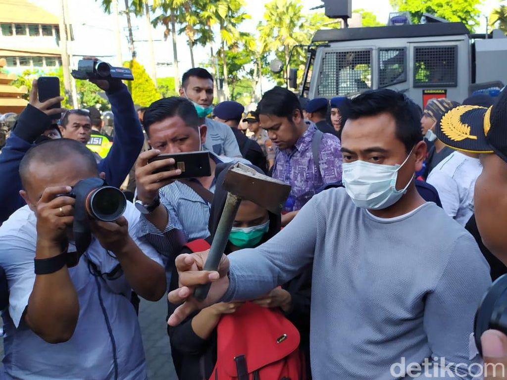 Ada Pendemo Lempar Kapak ke Petugas dalam Aksi #SurabayaMenggugat