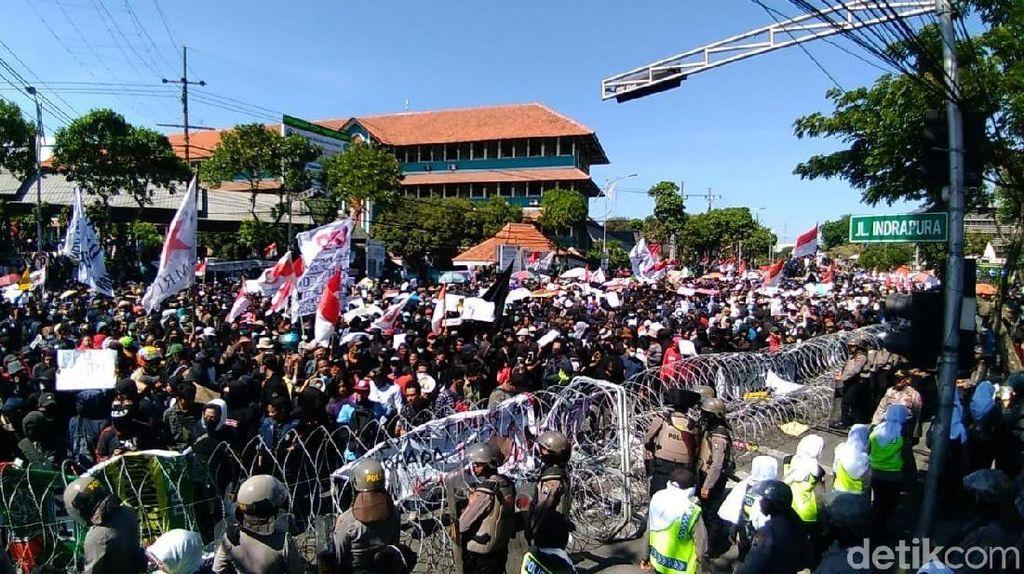 Ribuan Mahasiswa Surabaya Gaungkan Penolakan RUU Kontroversial