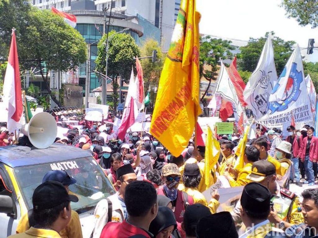 Ribuan Mahasiswa Kepung Kantor Dewan Surabaya Sebelum ke DPRD Jatim