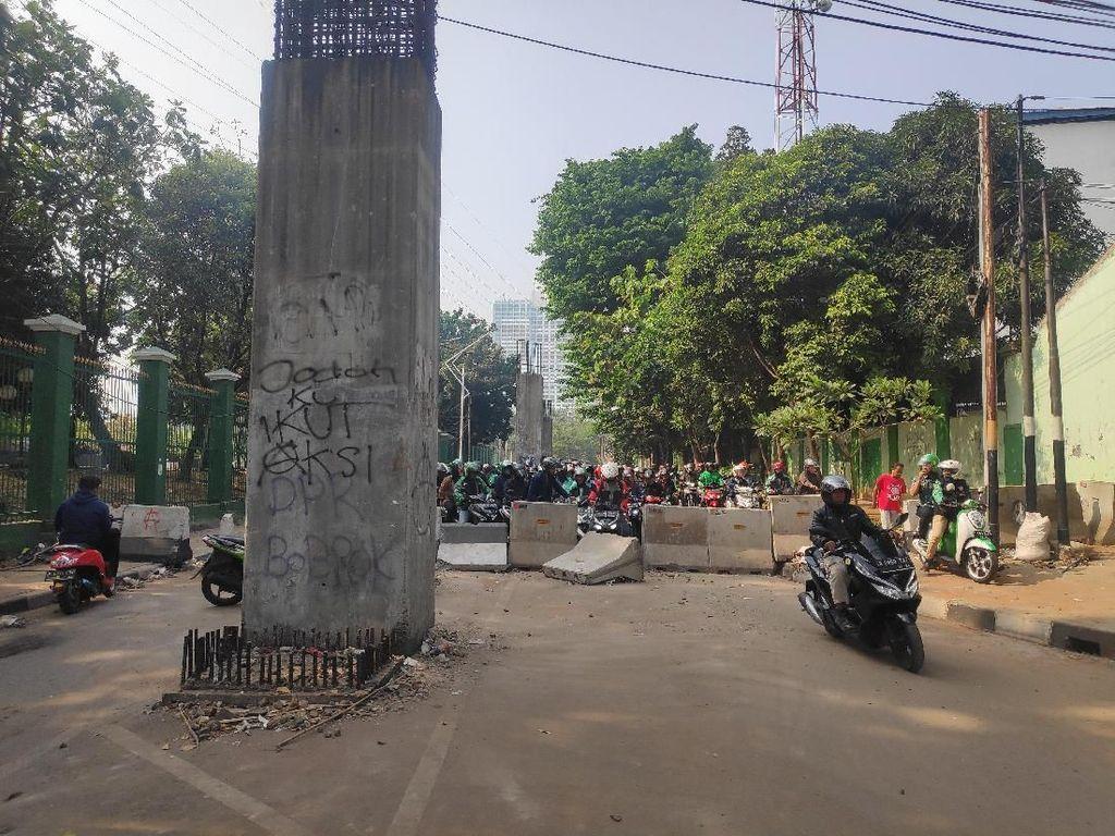 Akses di Belakang DPR ke Palmerah Disekat Beton, Pemotor Terjebak