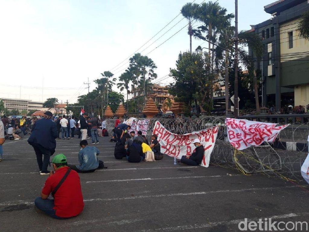 Tuntutan Disepakati, Massa #SurabayaMenggugat Mulai Bubarkan Diri
