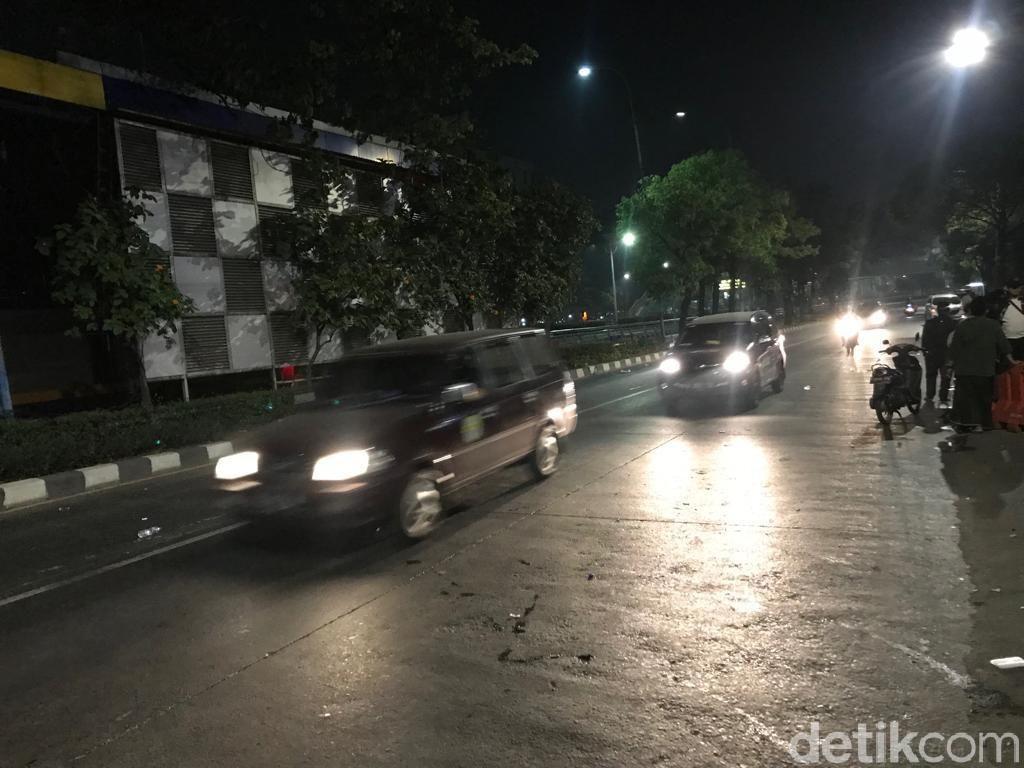 Polisi Bubarkan Massa di Slipi, Lalin Kembali Normal