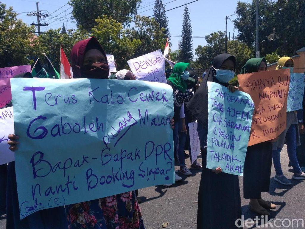 Demo RUU, Mahasiswa Situbondo Bawa Poster Bernada Menggelitik