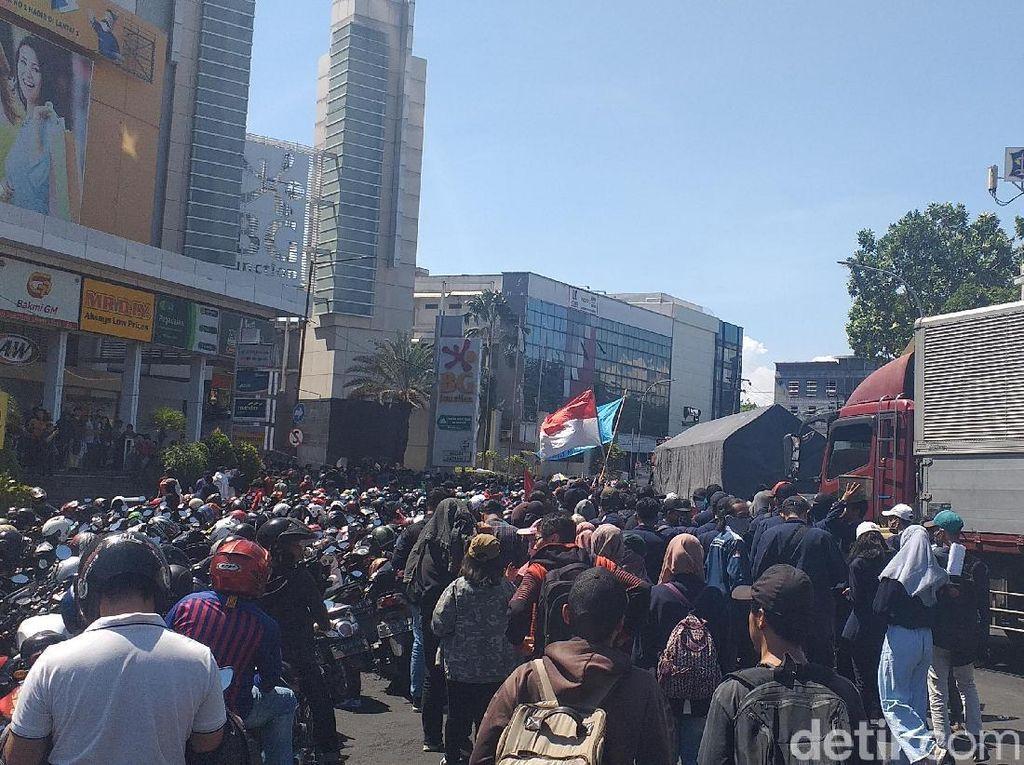 Parkir Sepeda Motor Penuh, Ribuan Mahasiswa Jalan Kaki ke DPRD Jatim