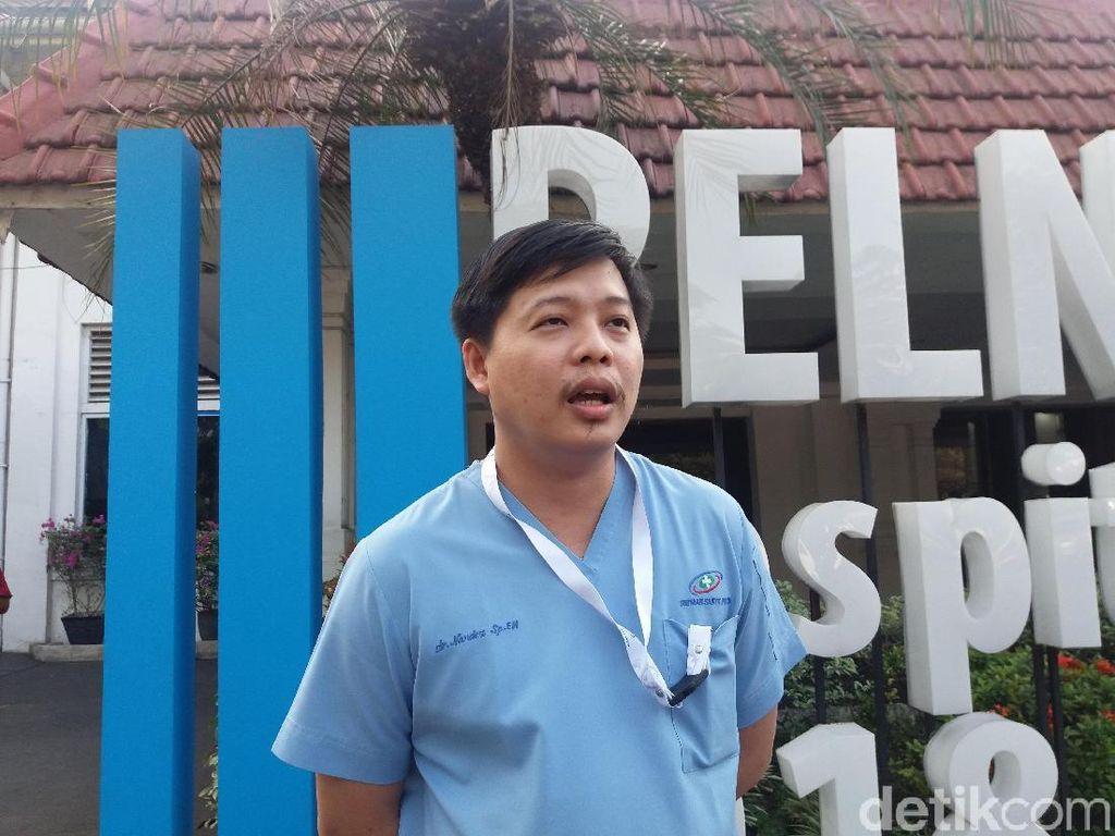 Lewat Jalan Tikus, Ambulans RS Pelni Antar Jemput Petugas Saat Demo