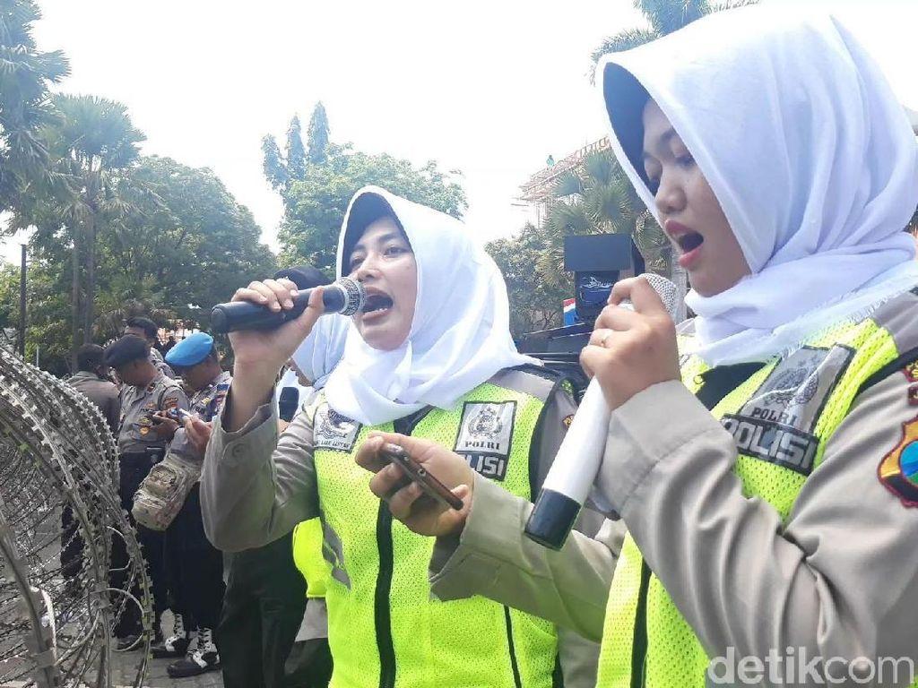 Ini Pasukan Asmaul Husna, Para Polwan Pendingin Tensi Demo di Surabaya