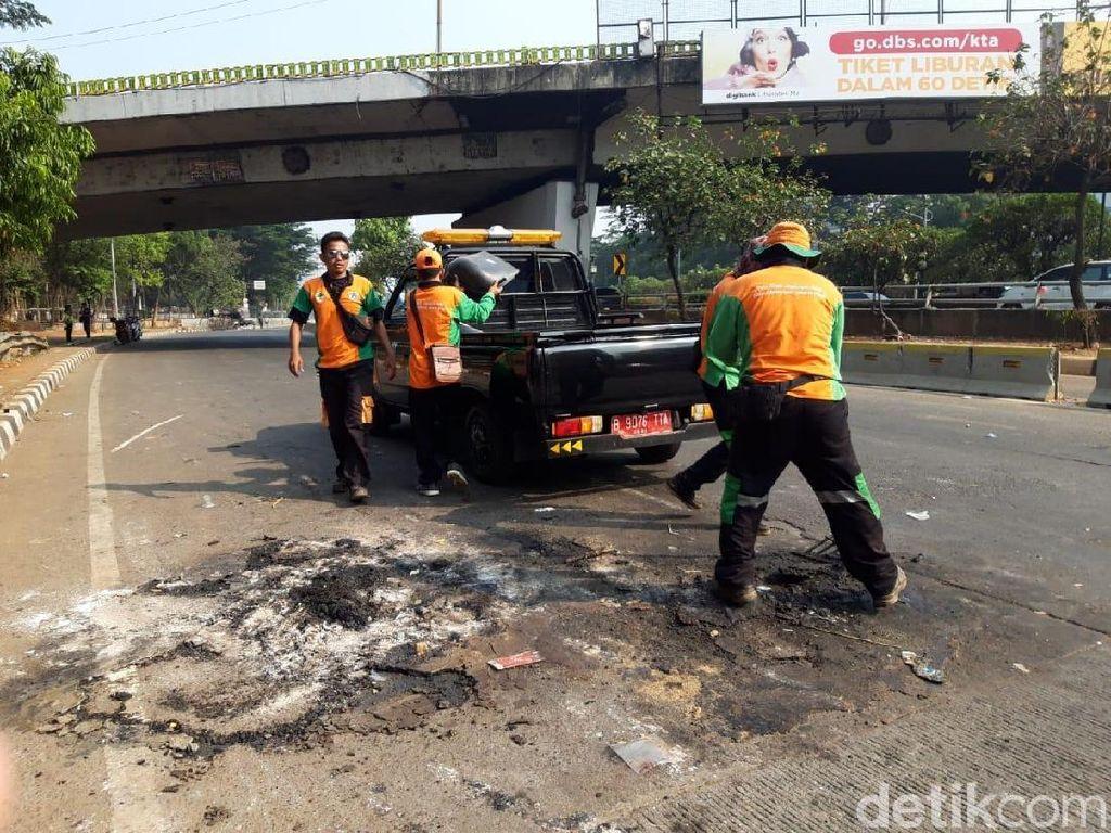 Dinas LH DKI Kerok Bekas Gosong di Jl Gatot Subroto Sisa Kericuhan