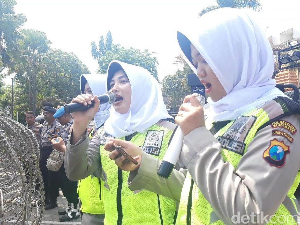 Bikin Adem! Polwan Surabaya Lantunkan Asmaul Husna Sambut Pendemo