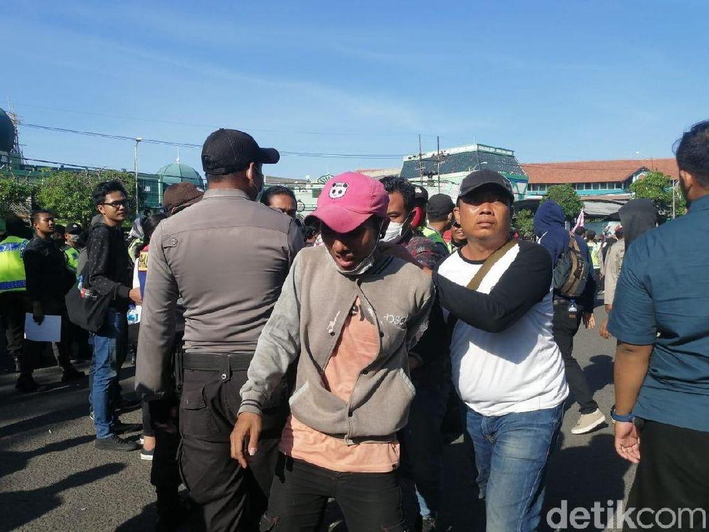 Puluhan Orang Diamankan Selama Aksi #SurabayaMenggugat di DPRD Jatim