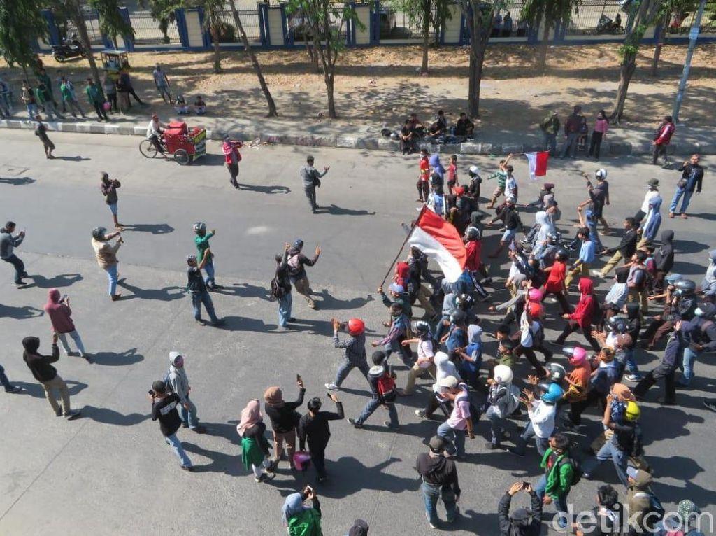 Lagi, Pengunjuk Rasa dan Polisi Bentrok di Makassar