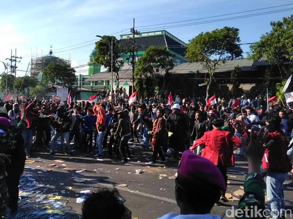 #SurabayaMenggugat Memanas, Massa Lempar Batu dan Botol Minta Sidang Rakyat