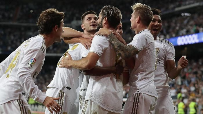 MADRID, SPAIN - SEPTEMBER 25: (From L to R) Alvaro Odriozola, Rodrygo Goes, Luka Jovic, Nacho Fernandez, Lucas Vazquez, Toni Kroos and Carlos Casemiro of Real Madrid CF celebrate their team´ second goal during the Liga match between Real Madrid CF and CA Osasuna at Estadio Santiago Bernabeu on September 25, 2019 in Madrid, Spain. (Photo by Gonzalo Arroyo Moreno/Getty Images)
