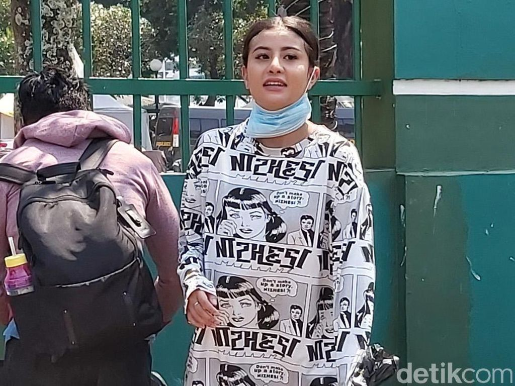 Disebut Istri Sandiaga karena Bawa Air OK OCE, Awkarin: Aminin Aja Cong