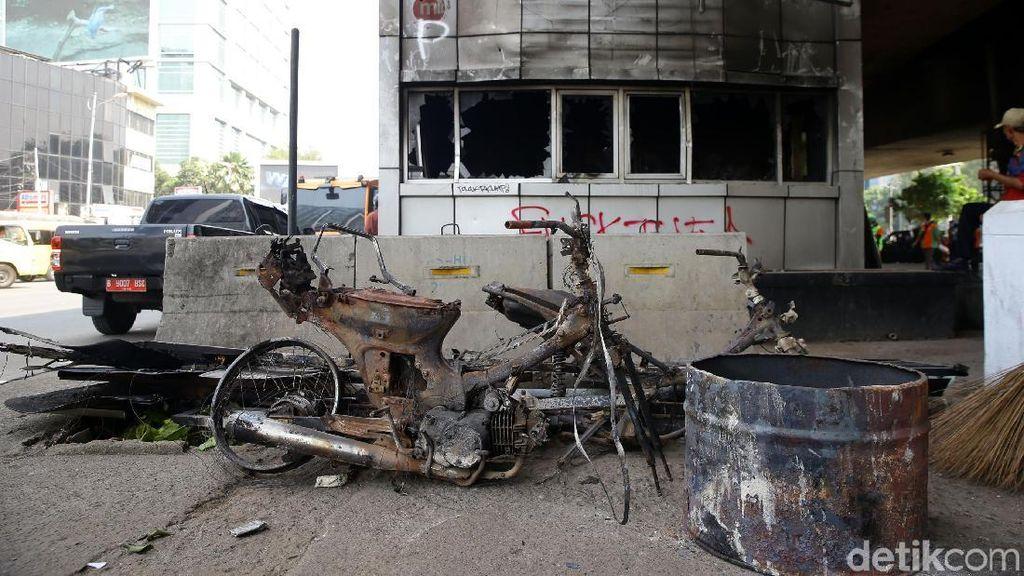 Sisa-sisa Demo Rusuh di Slipi: Pos Polisi dan Motor Hangus Terbakar