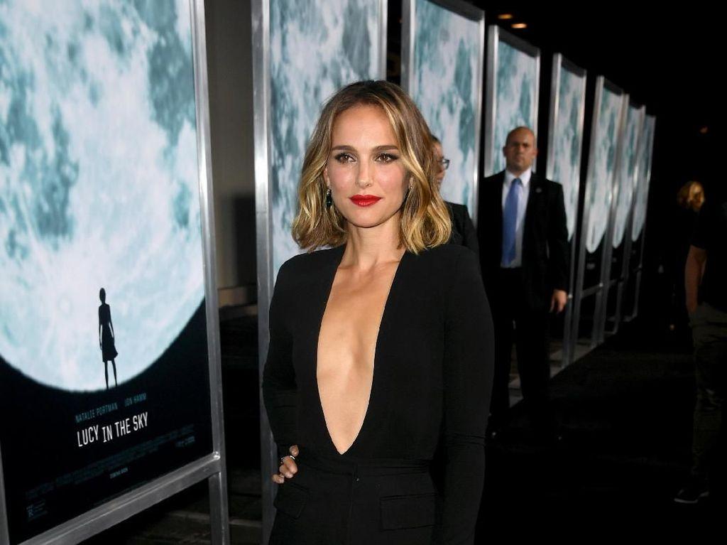 Foto: Gaya Seksi Natalie Portman di Premier Film Lucy in the Sky
