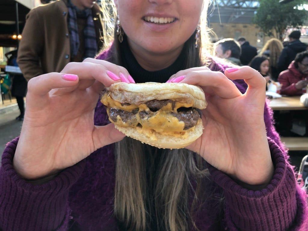 Begini Posisi Jari yang Tepat Saat Makan Burger Agar Tak Berantakan